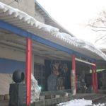 雪庇を落としています。月見野霊園前の工場にて